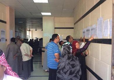 بالصور.. توافد مئات المواطنين على مجلس مدينة الطور لدفع مقدم الوحدات السكنية