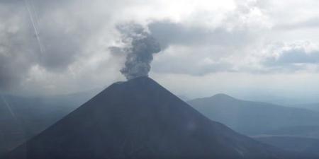 روسيا: بركان «كاريمسكي» ينفث عمودا من الرماد بارتفاع 2 كيلو متر
