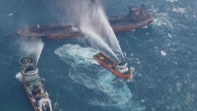 15 سفينة تشارك في جهود إطفاء وإنقاذ الناقلة المشتعلة منذ أسبوع.