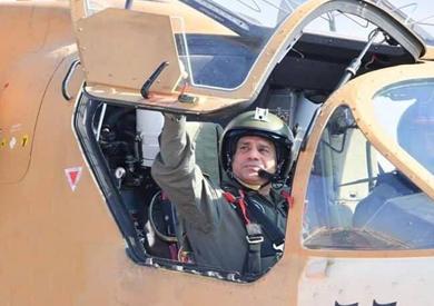 الرئيس السيسي أثناء تفقده إحدى القواعد الجوية فجر الجمعة