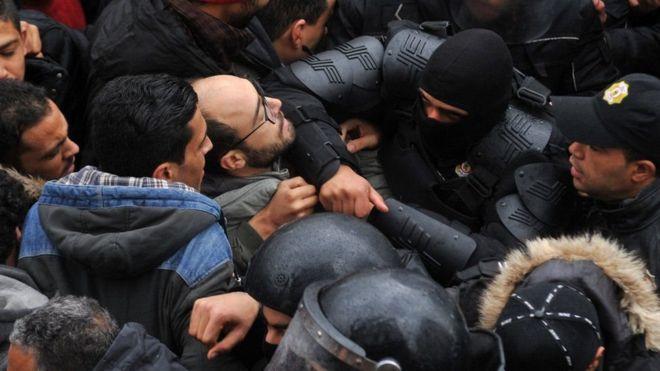 ألقت الشرطة التونسية القبض على أكتر من 800 شخص بتهم ممارسة العنف، والسرقة، والنهب أثناء المظاهرات التي شهدتها البلاد الفترة الأخيرة<br/>