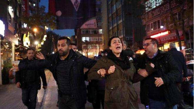 الشرطة التركية تقبض على مشاركين في مظاهرة تأييد لنيوريا غولمن أوائل الشهر الماضي.<br/>