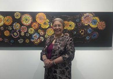 الفنانة صفية القباني أمام إحدى لوحاتها