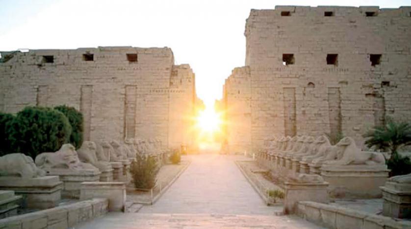 غروب الشمس من البوابة الغربية لمعبد الكرنك بالأقصر