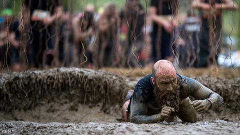 بالصور.. مغامرون بريطانيون يخوضون «تحدي الوحل»