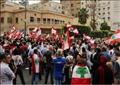 متظاهرون يحملون الأعلام اللبنانية في مظاهرة ضد الحكومة في لبنان يوم الأربعاء. تصوير: عزيز طاهر - رويترز.