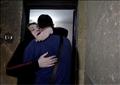 الصحفي الفلسطيني أمجد ياغي في حضن والدته نيفين زهير بعد لقائهما في بنها بمصر بعد فراق دام 20 عامًا. تصوير: محمد عبد الغني - رويترز