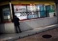 شاشة إلكترونية تعرض متوسط المؤشر نيكي للأسهم اليابانية خارج مكتب للسمسرة في العاصمة طوكيو يوم 5 أغسطس 2019. تصوير: إيسي كاتو - رويترز.