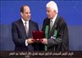 الدكتور شريف قنديل أثناء تكريم الرئيس عبد الفتاح السيسي له في احتفالية عيد العلم