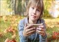 قال التقرير إن انتشار الهواتف النقالة جعل وصول الأطفال للإنترنت أقل خضوعا للرقابة