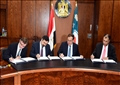 وزير البترول أثناء توقيع الاتفاقيات