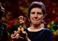 المخرجة الرومانية أدينا بنتيللي تتسلم جائزة الدب الذهبي
