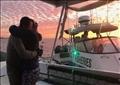 جون كريغ يحتضن زوجته بعد وصوله إلى بر الأمان