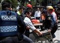 فرق الإغاثة تقل المصابين جراء الزلزال