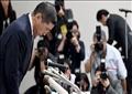 هيروتو سايكاوا الرئيس التنفيذي لنيسان ينحني خلال مؤتمر صحفي أعلن فيه إجراءات سحب سيارات نيسان من السوق