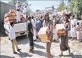 يمنيون يتسلمون مساعدات من الهلال الأحمر الإماراتى