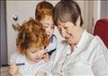 الدراسة تقول إن الأحفاد لا يحصلون على فرصة كافية لممارسة أي نشاط بدني وهم في رعاية أجدادهم
