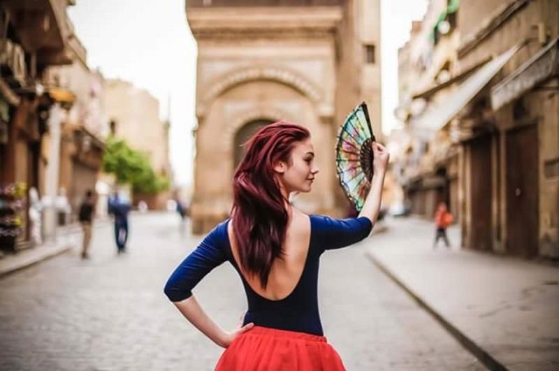 رقص باليه في شوارع القاهرة.. شاهدوا الواقع الخيالي في هذه الصور