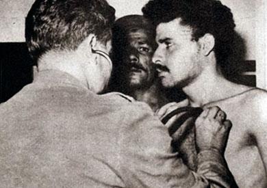 الشهيد مصطفي حسين خلال الكشف علية قبل تنفيذ الإعدام