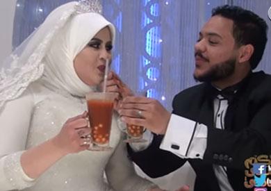 فيديو.. عروسان يكسران «تابوهات» الأفراح.. «البيتزا» بديلة للتورتة والشربات تحول لـ«حمص شام»