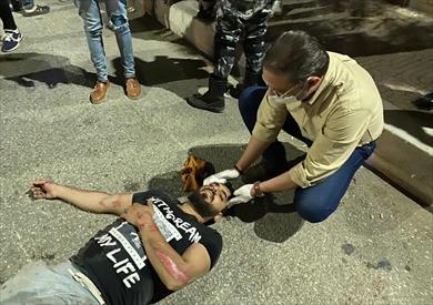محافظ الفيوم يوقف موكبه لإسعاف مصاب بحادث سير