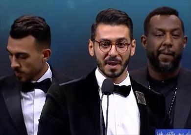 مهرجان الجونة.. علي العربي يوجه تحية خاصة لمخرج فيلم ريش: شكرا لوجود صانع أفلام مثلك