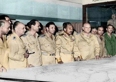 الرئيس السادات وكبار القادة في غرفة العمليات