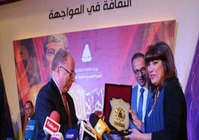 الروائية مي خالد تتسلم الجائزة من وزير الثقافة حلمى النمنم