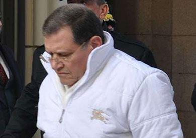 عدلي فايد أثناء خروجه من المحكمة