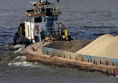 ضبط «صندل نهري» على متنه 720 طن فوسفات حمولة زائدة