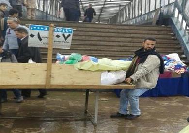 بالصور.. حملة لرفع الباعة الجائلين بمحيط محطات مترو الخط الأول
