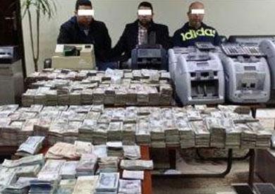 ضط موظف وآخرين وبحوزتهم آلاف العملات الأجنية للإتجار بها خارج السوق المصرية