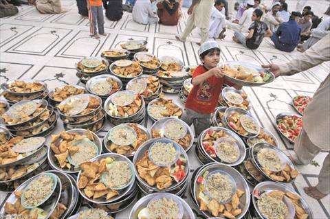 طفل يساعد في تجهيز وجبات الافطار بأحد مساجد باكستان