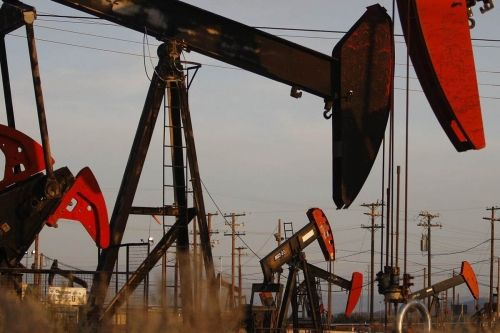 أسعار النفط بلا توجه واضح في آسيا بسبب ارتفاع مخزونات الخام الأمريكية