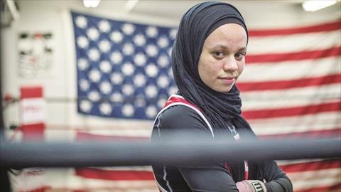 أمية ظافر.. الحجاب يدخل حلبة الملاكمة