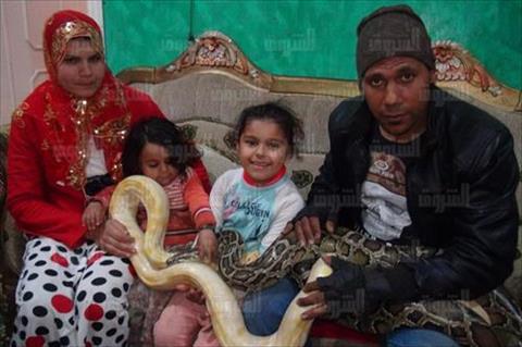 صائد الثعابين بين ثعابينة و اسرتة تصوير نعمان سمير