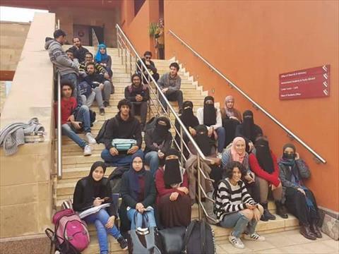 مسيرات مستمرة داخل «الأمريكية» للتضامن مع الطالبات المنتقبات
