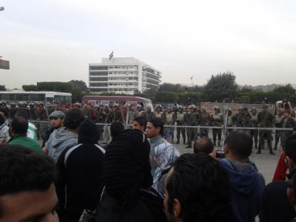بالصور.. المئات يحاصرون وزارة الدفاع