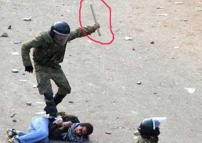 بالفيديو فضيحة قوات الجيش كانت تضرب المتظاهرين بأدوات حديدية وتحتجز المصورين وتصادر ما يصورونه Army-attack.jpg