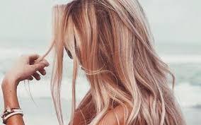 قبل حزم الأمتعة لـ«المصيف».. 8 خطوات لحماية شعرك من ماء البحر
