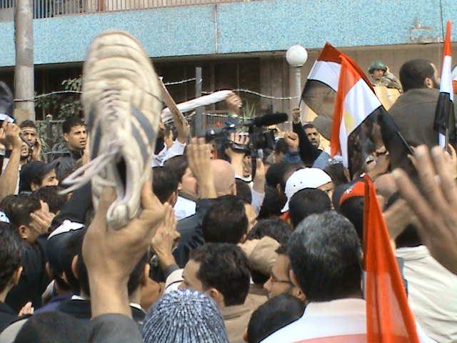 بالفيديو.. متظاهرون يرفعون الأحذية ضباط
