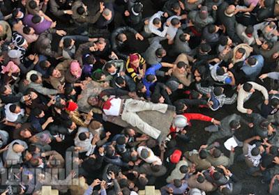 تشييع جثمان أحد الشهداء من ميدان التحرير