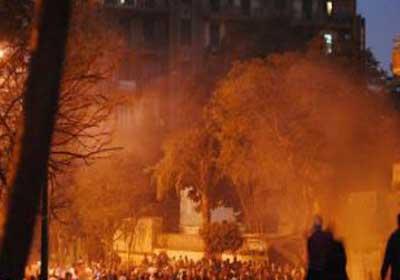جانب من تعرض المتظاهرين بميدان التحرير للغازات المنبعثة من فتحات التهوية بمحطة مترو السادات