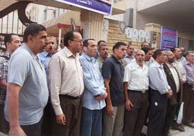 تجمهر عشرات المعلمين أمام سيارة محافظ كفر الشيخ لرفض حل النقابة