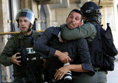 قوات إسرائيلية تمنع صحفيين من التصوير - ارشيفية