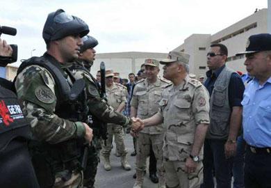 وزير الدفاع وسط عدد من رجال القوات المسلحة