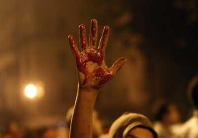 دماء ضحايا أحداث العنف تغطي ميدان التحرير