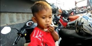 طفل عمره عامان ونصف يدخن 40 سيجارة يوميا