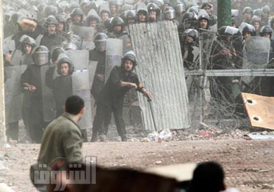مواجهات بين الشرطة المدنية والمتظاهرين في شارع قصر العيني أمس     تصوير: إيمان هلال