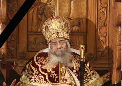 جثمان البابا شنودة علي المقعد البابوي بالكاتدرائية في وداعه     (أ. ف. ب)